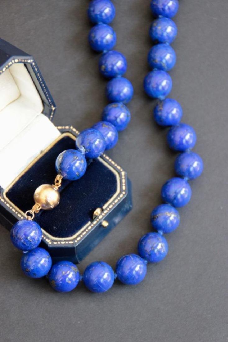 Collier de perles de lapis lazuli, fermoir en or jaune