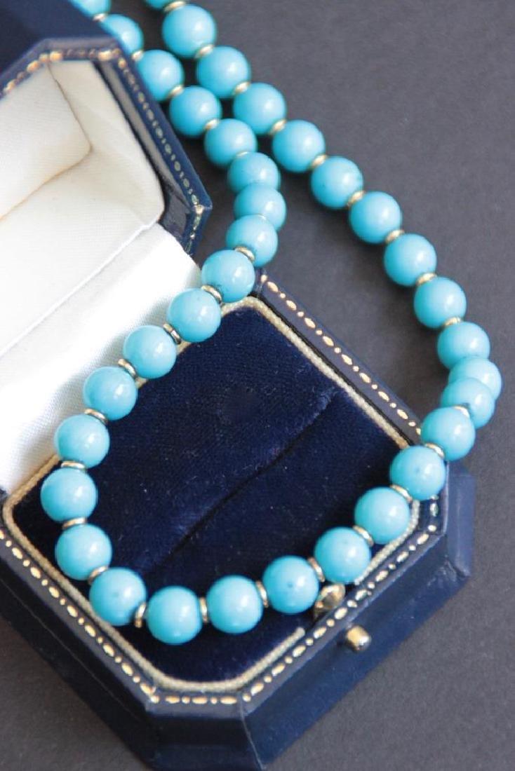 Collier de perles de turquoise avec un fermoir en or