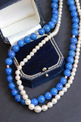 Collier à deux rangs de perles, un en lapis lazuli, un