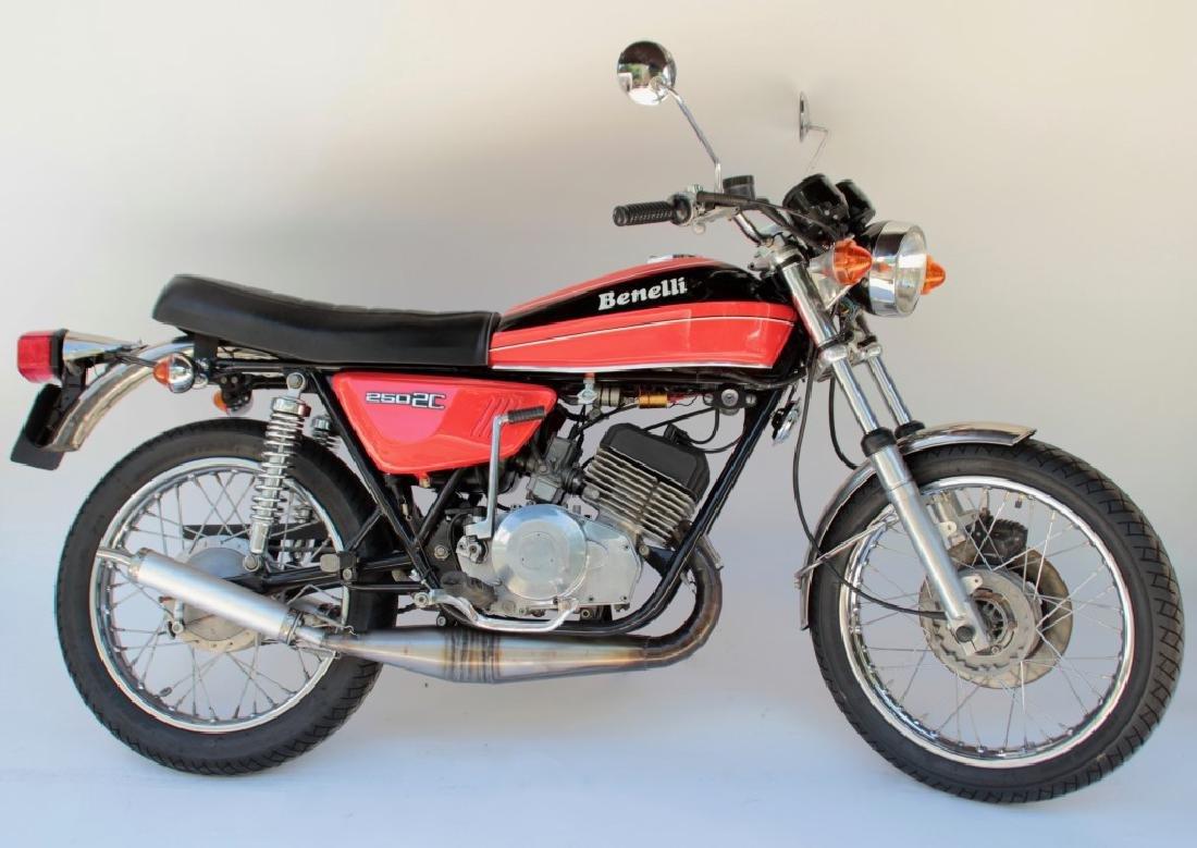 BENELLI, moto modèle 250 2C de 1973 On y joint la