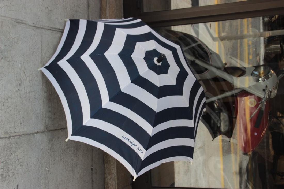 COURREGES Parapluie en tissu bleu et blanc, manche en