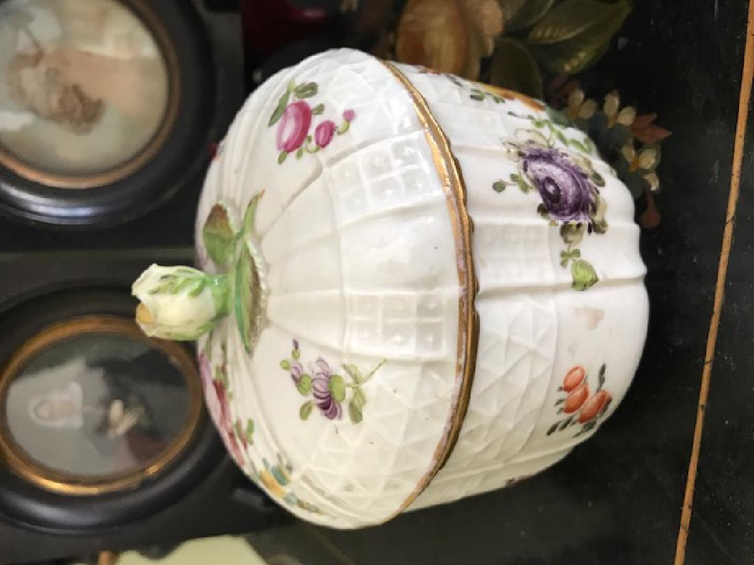 Petit pot couvert en porcelaine de Saxe  Marque en