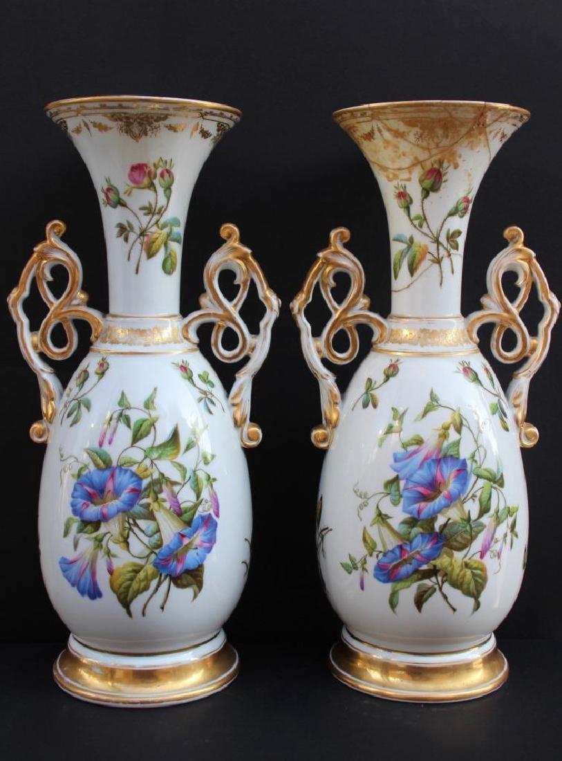 Paire de vases en porcelaine de Paris à décor de fleurs