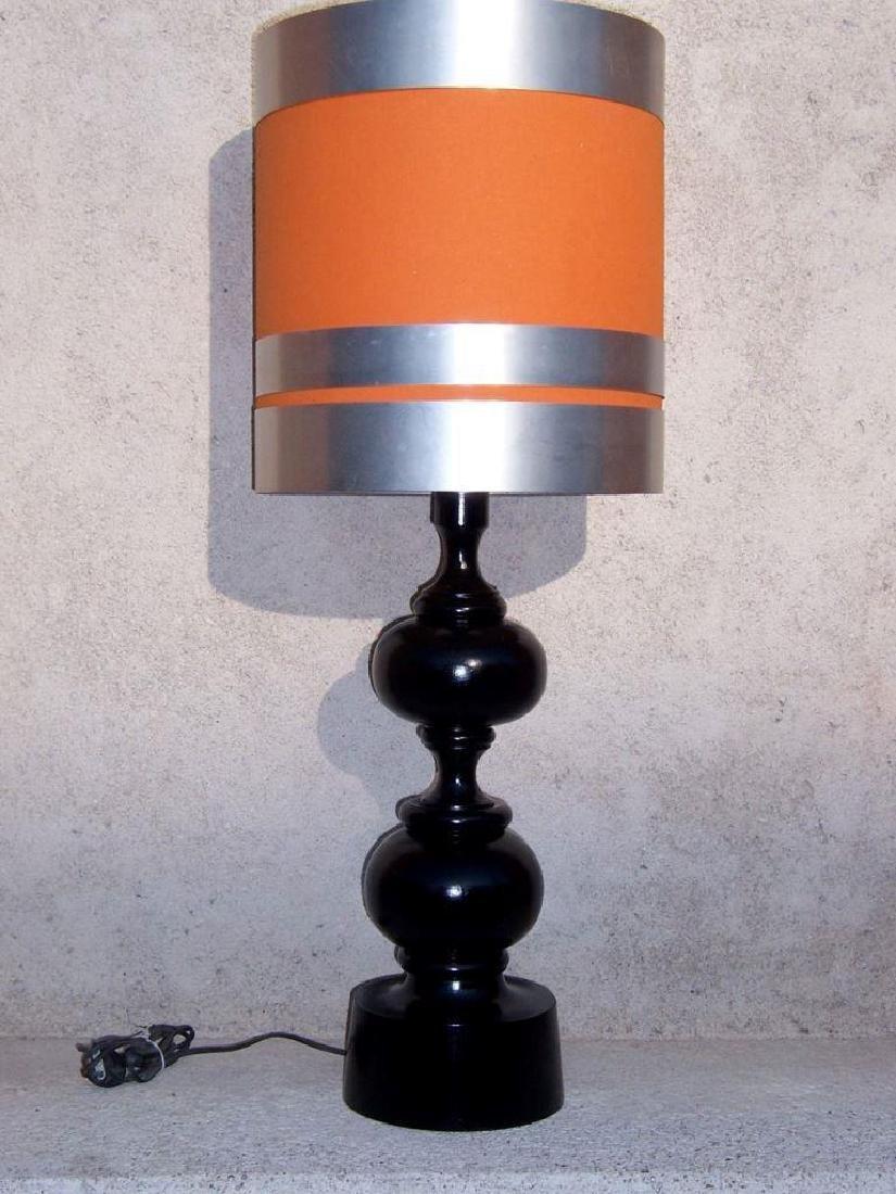 Travail des années 70  Grande lampe en bois tourné et