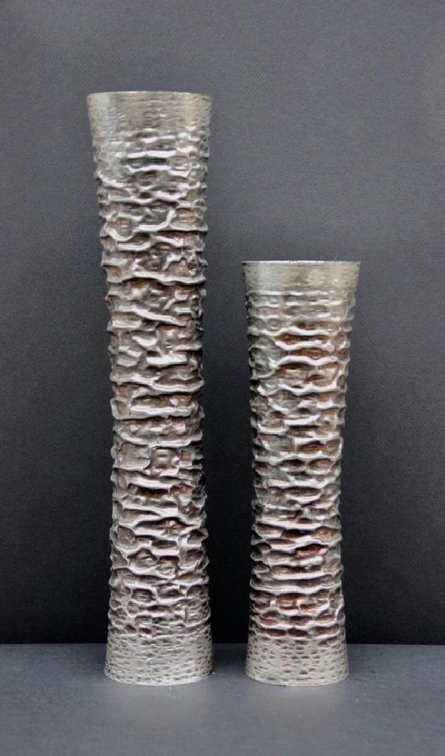 Atelier des Orfèvres Ensemble de deux vases en métal