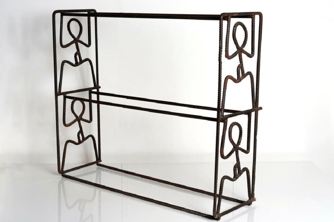 Hugo MOTOR (1956) Une étagère en fer à béton Street Art