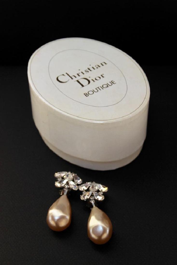 Christian DIOR  Paire de pendants d'oreilles fantaise