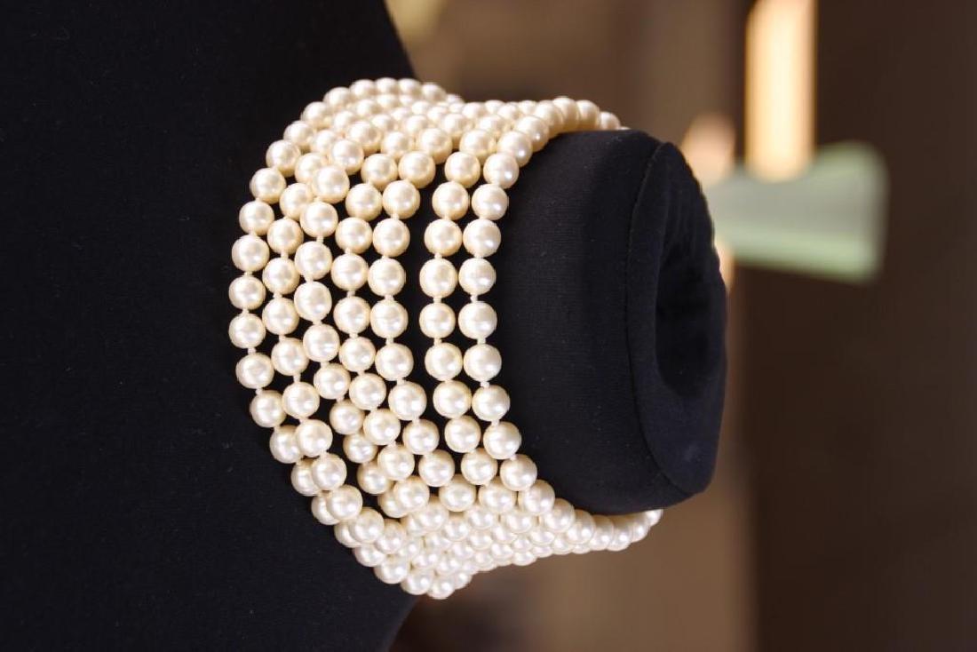 CHANEL  Collier ras du cou à sept rangs de perles