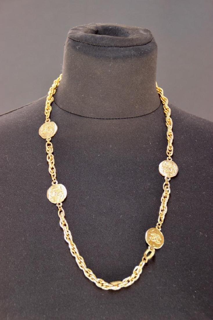 CHANEL  Collier en métal doré à motif de médailles P :