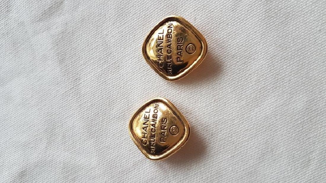 CHANEL  Paire de boucles  d'oreilles clips en métal
