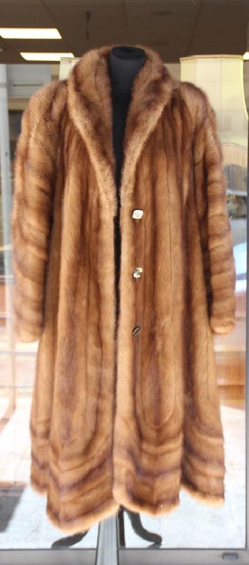 JEUNEMAÎTRE Un manteaux de vison fermant par trois