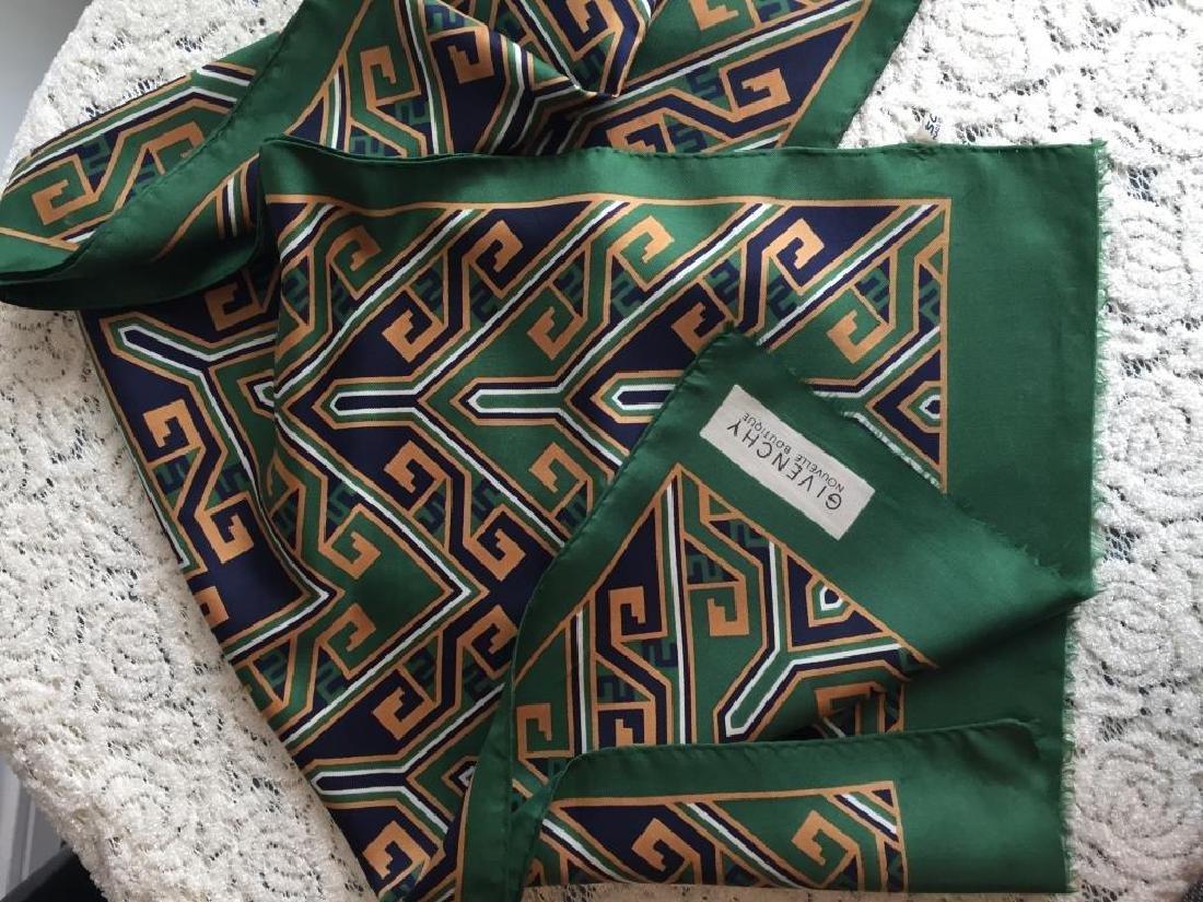 GIVENCHY Echarpe en soie verte à dessins géométriques