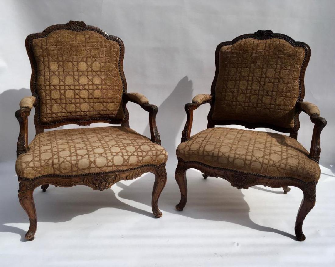 Paire de fauteuils dits «à la reine» en bois naturel