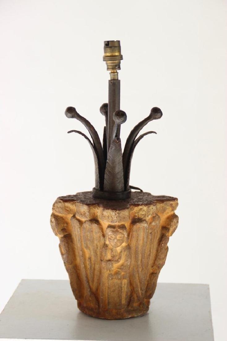 Chapiteau en pierre sculptée monté en lampe H : 39 cm