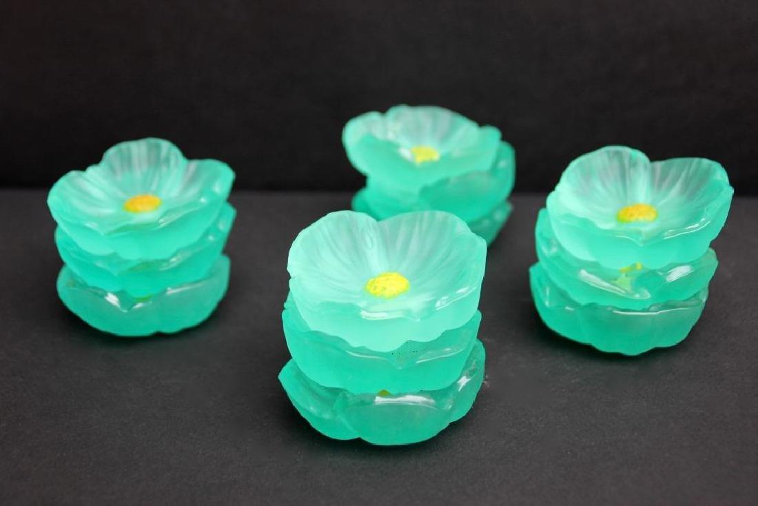 DAUM Ensemble de 12 petites coupelles en pate de verre