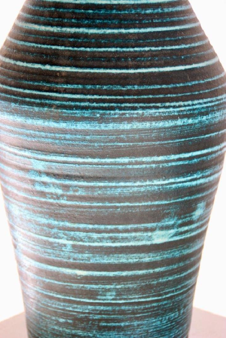 ACCOLAY (act.1945-1992) Grand vase en faience turquoise - 2