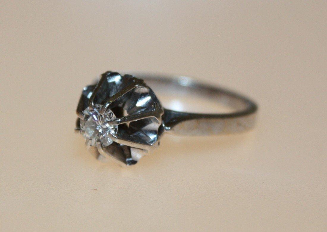 21: Bague en or ornée d'un diamant solitaire. P : 4g