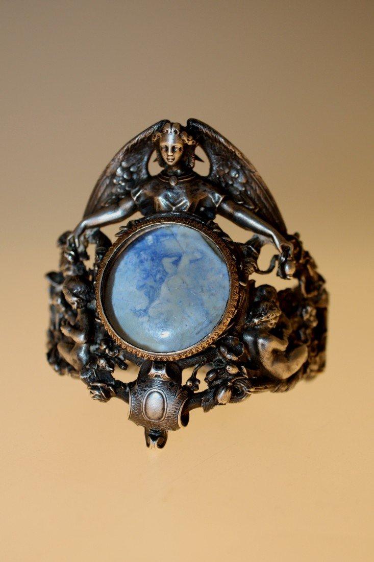 24: Bracelet en argent ciselé à riche décor ajouré d'an