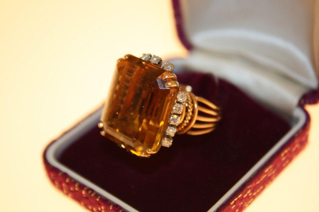 27: Bague en or jaune ornée d'une importante topaze dan