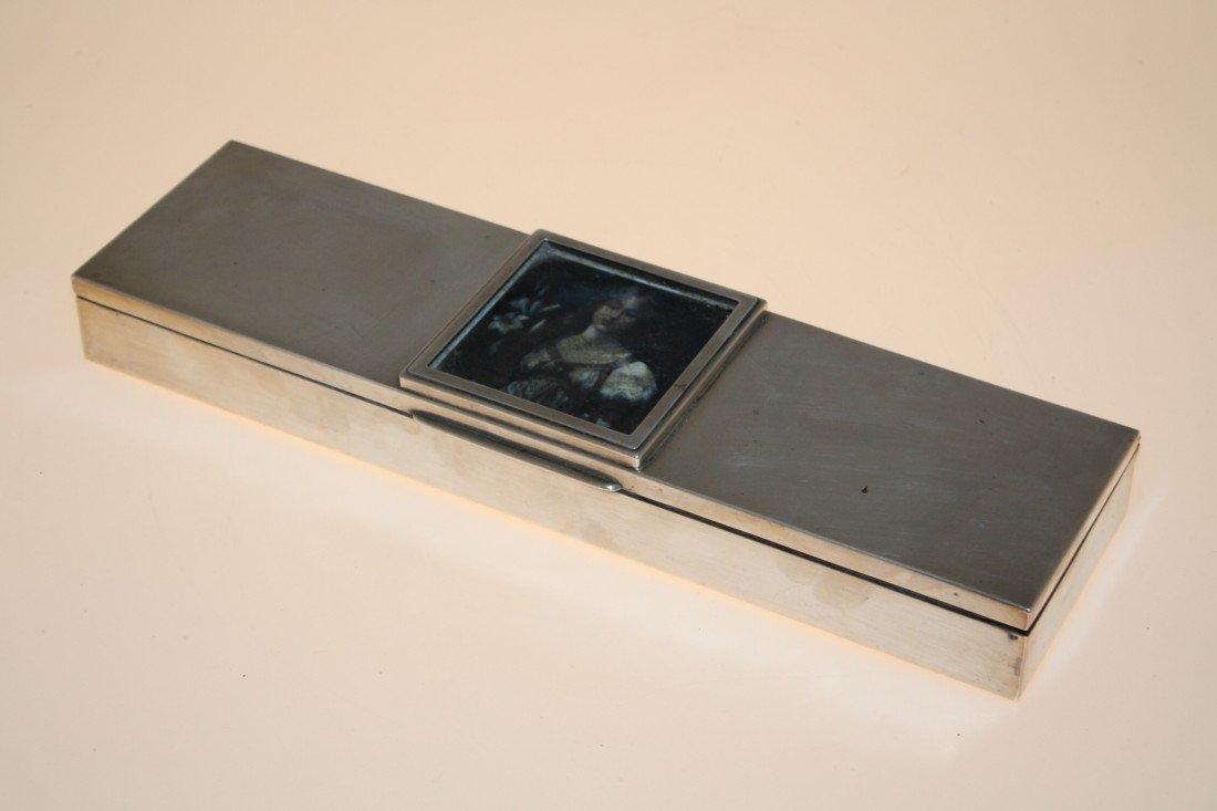 46: Boîte rectangulaire en argent, intérieur en bois. T