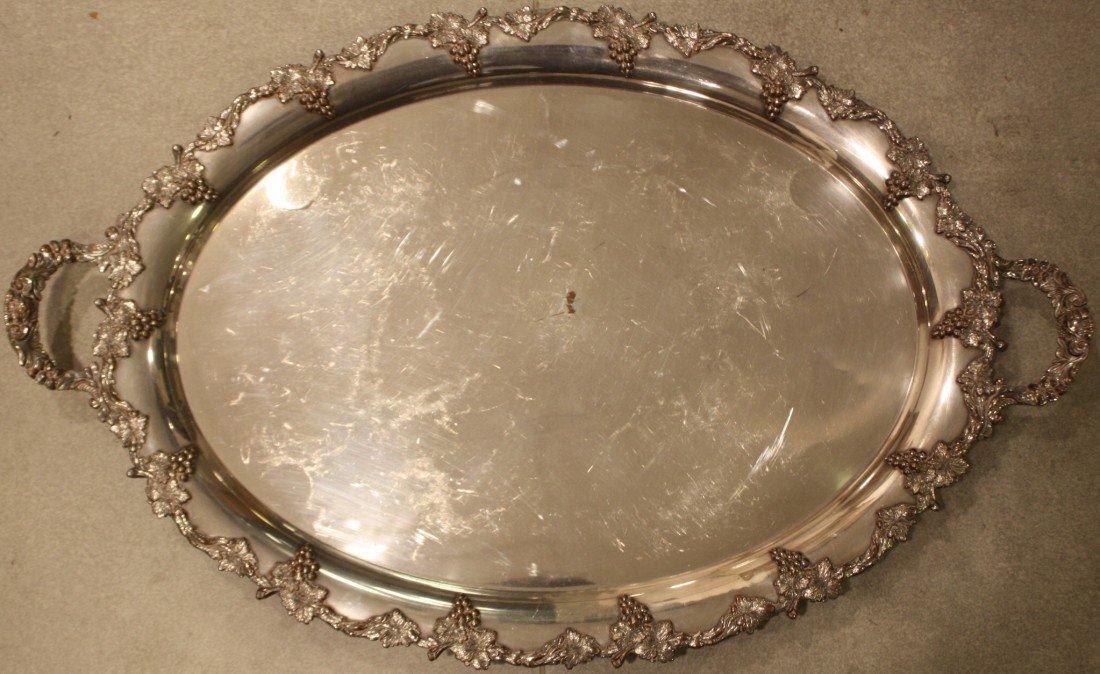 55: Important plat en métal arenté à décor de pampres d