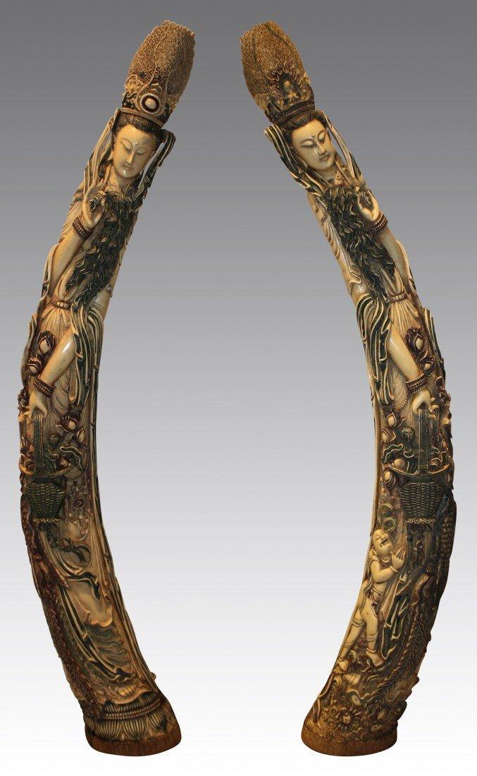 110: Paire d'importantes défenses en ivoire richement s
