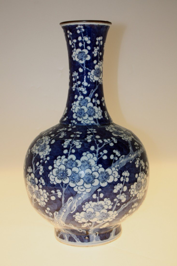121: Vase en porcelaine à long col, décor en bleu sur f