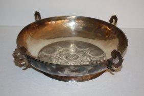 45: Important plat creux circulaire en argent, décor de