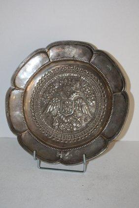 46: Assiette polylobée en argent à décor central d'aigl