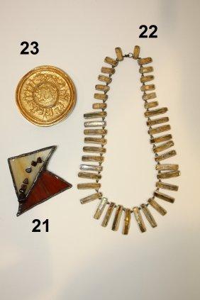 23: LINE VAUTRIN - Poudrier rond en bronze ciselé à déc