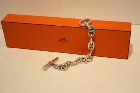 24: HERMES - Bracelet formé de maillons d'argent entrel