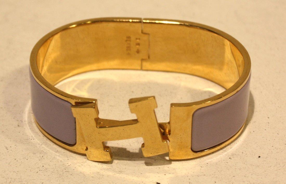 """413: HERMES - Bracelet """"H"""" en émail parme et métal doré"""