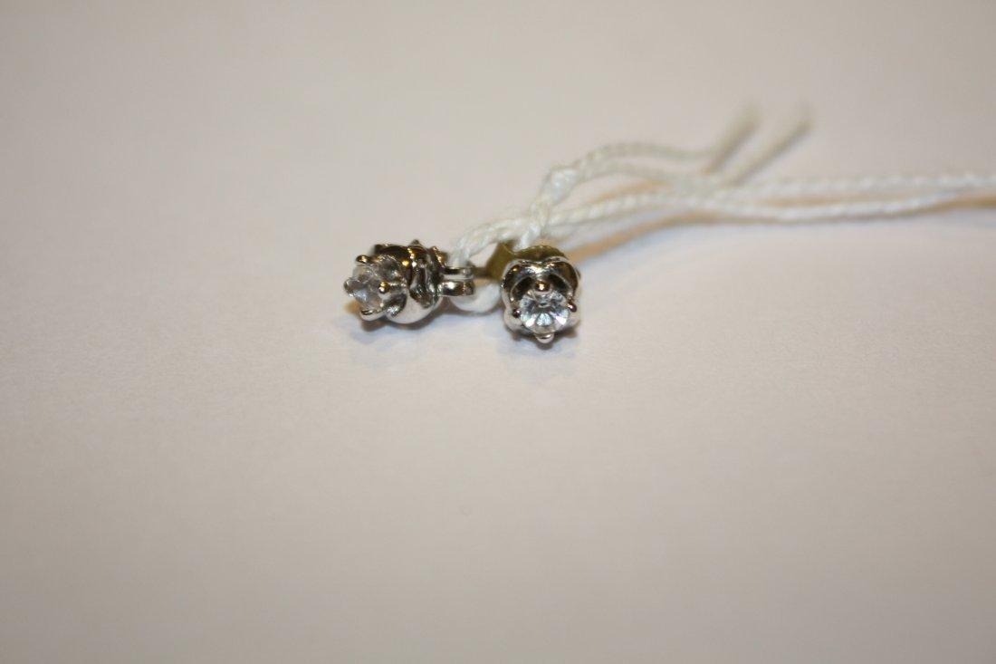6: Paire de puces d'oreille en or et brillants solitair