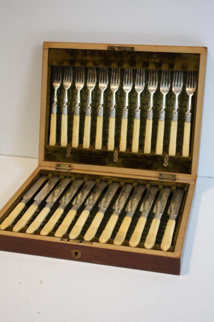 32: Série de douze couteaux et douze fourchettes, à man