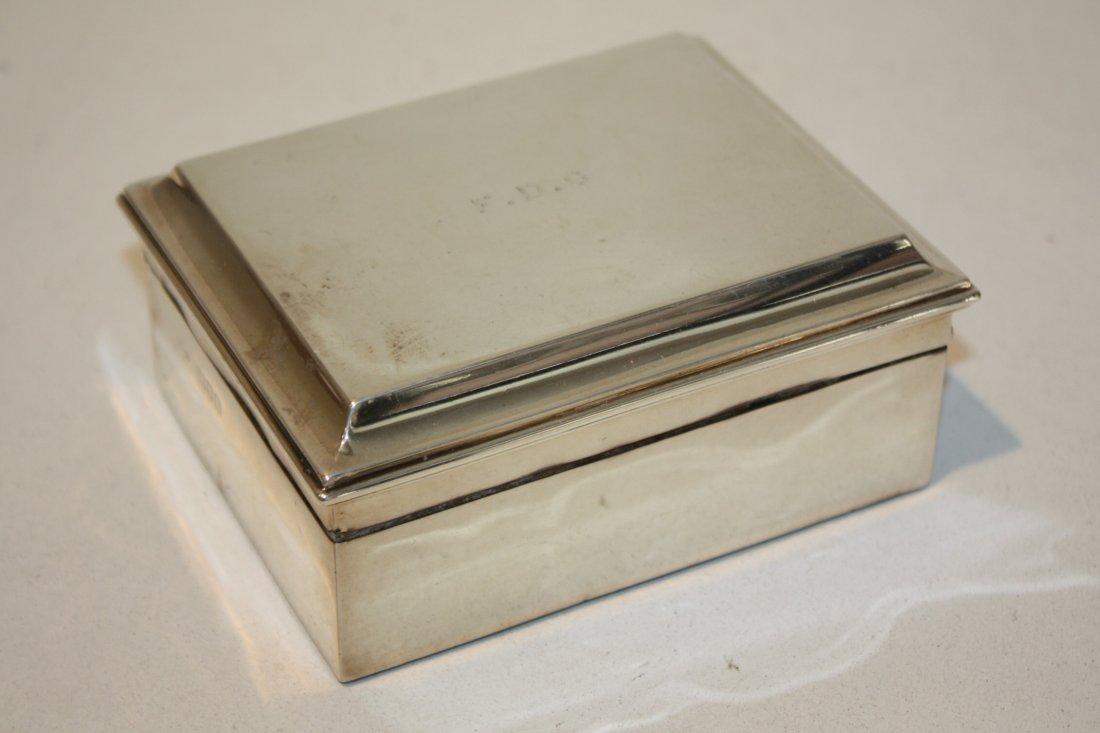 34: Boîte en argent, intérieur en bois, portant des ini