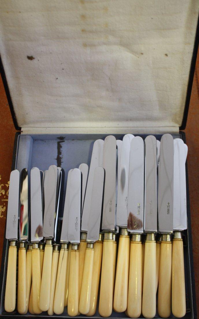 35: Série de douze grands couteaux et douze couteaux à