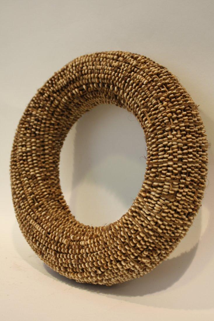 4: MONNAIE Tambu. Cercle, épais formé de petits coquill