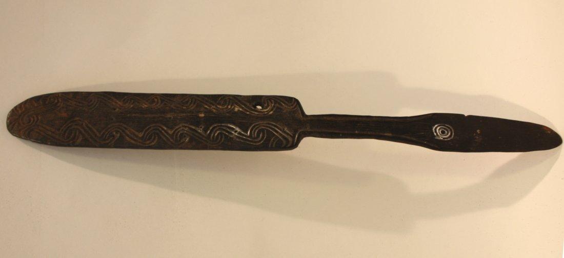 15: SPATULE à CHAUX. Bois noir, décor gravé Papouasie s