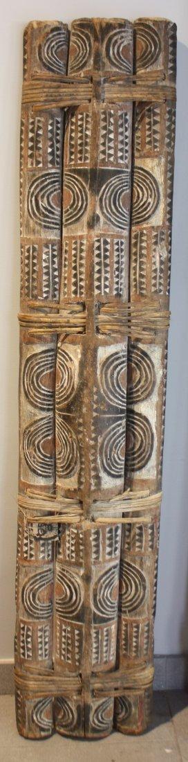 25: BOUCLIER Arawe. Bambou, liens végétaux, décor peint
