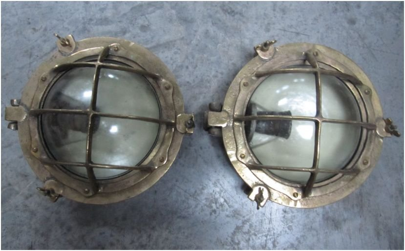 11: Paire de lampes de coursive en bronze avec quadrill