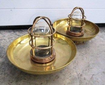 24: Paire de lampes de coursive avec abat-jour et grill
