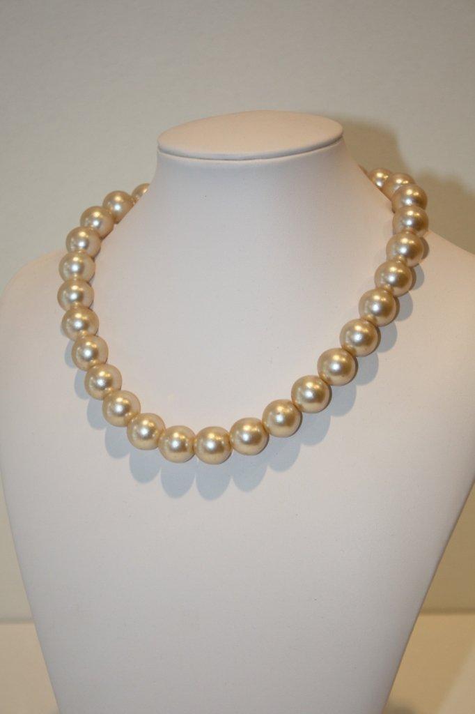 18: CELINE  Collier en grosses perles blanches nacrées