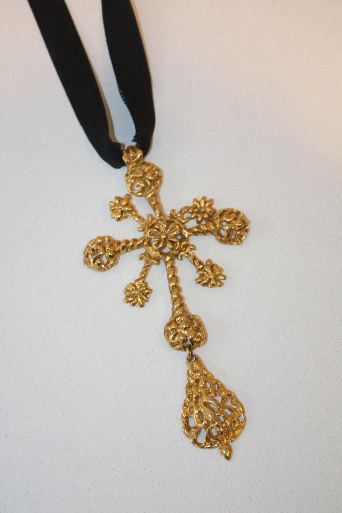 21: CHRISTIAN LACROIX - importante croix ciselée et art