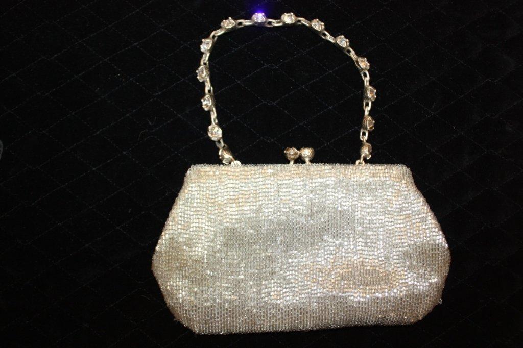 13: VALENTINO- minaudière en perles argentées sur satin