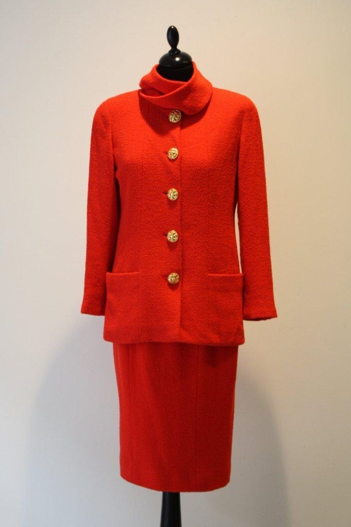 17B: CHANEL boutique- Tailleur jupe en laine rouge oran