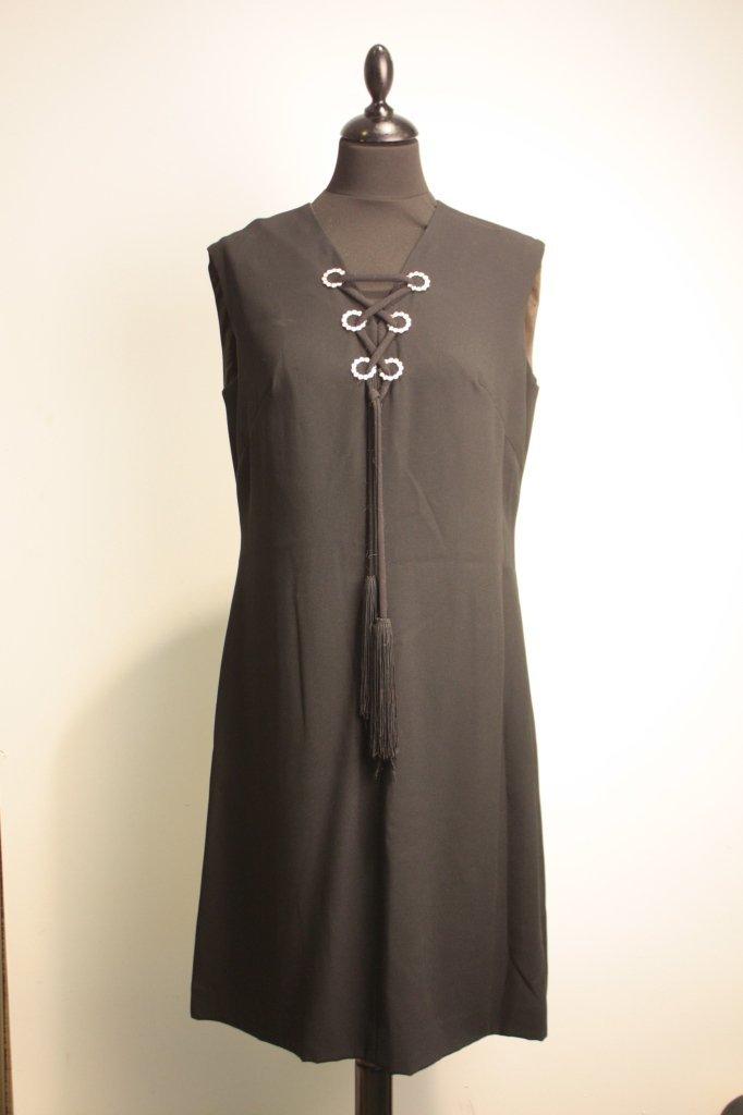 CHRISTINA - Robe sans manche en crêpe noir, encolure en