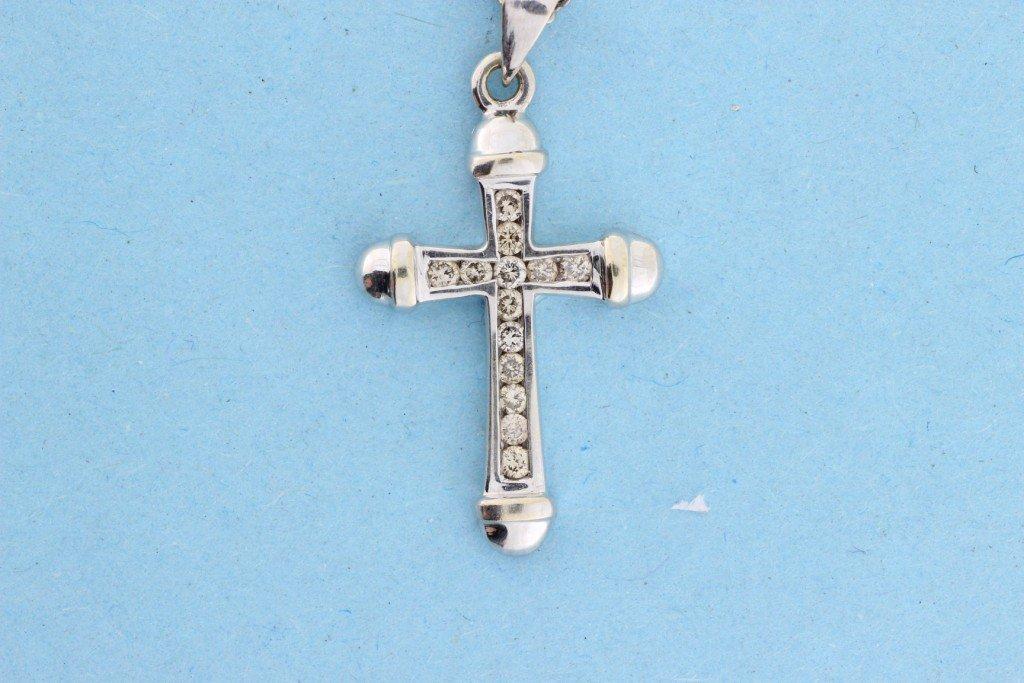 """Chaine en or gris et son pendentif """"croix"""" sertie de br"""