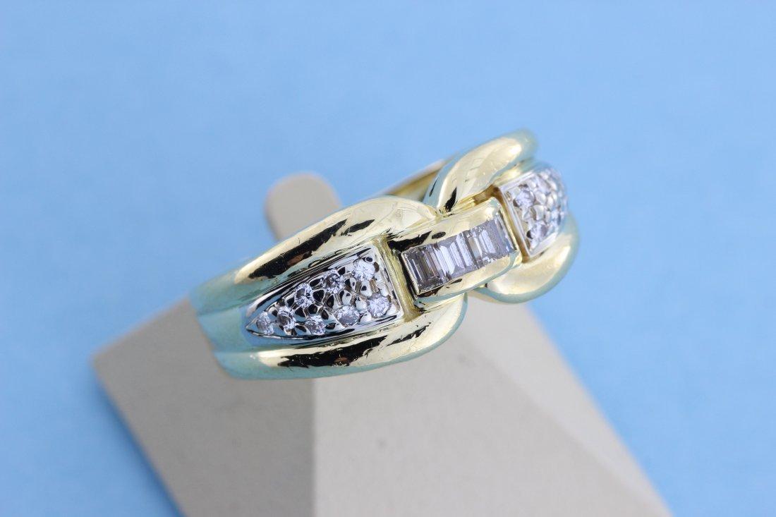 Bague en or ornée de diamants baguettes épaulés de bril