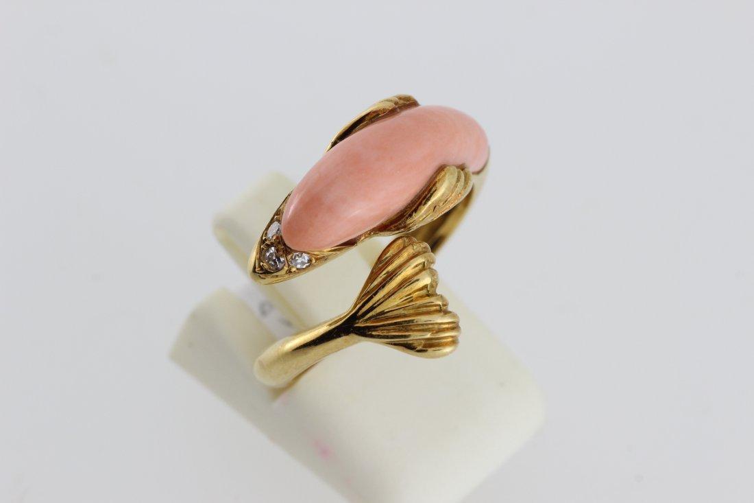 """Bague """"Cygne"""" en or ornée de corail et de brillants. P."""