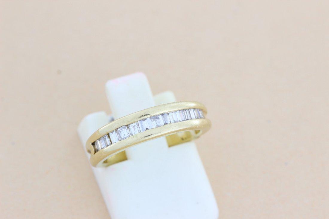 Demi alliance en or sertie de diamants calibrés. P. 3,6